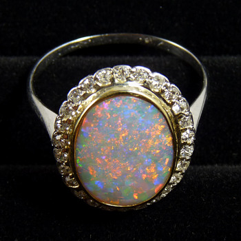 18k White Gold & Diamond Ring w. Colour Shifting Opal: Red - Green - Blue
