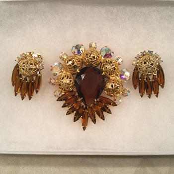 D & E AMBER BROOCH... different style - Costume Jewelry
