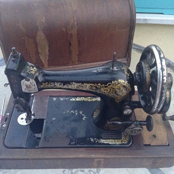 Can anyone tell me the year and model this old singer sewing machine? - Sewing