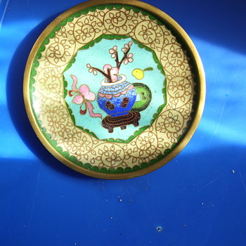 JAPANESE PLATE WITH  JAR OF CHERRY BLOSSOMS, AND GOLD TRIMS--VINTAGE. - Asian