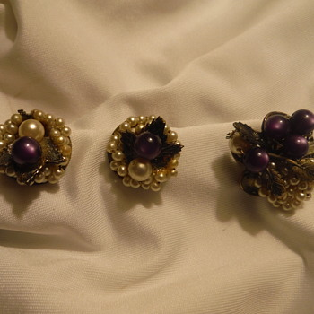 Pretty set of Earrings & Brooch - Costume Jewelry