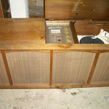 RCA 3 channel tube amp and Garrard 210 TT - Radios