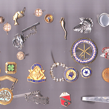 a small collection of pins 1890- - Costume Jewelry