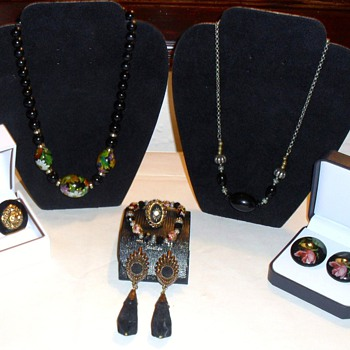 COLLECTION OF VINTAGE BLACK HAND PAINTED CELLUOID GEMS - Costume Jewelry