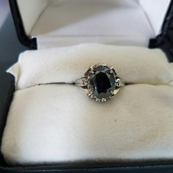 Vintage pretty black ring - Costume Jewelry