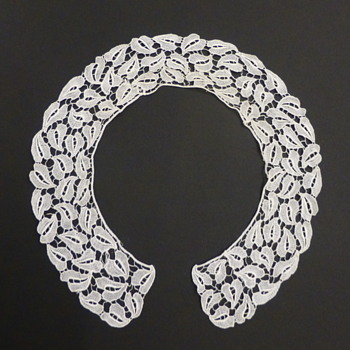 Antique stylized leaves lace collar, WW style