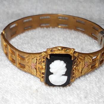 ALLCO CAMEO BRACELET - Costume Jewelry