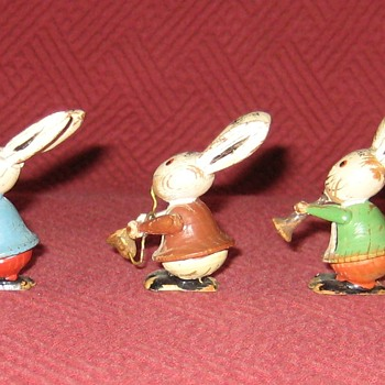 Vintage Erzgebirge Germany Hand Carved Rabbit Band