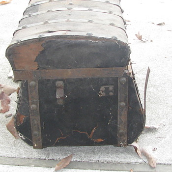 Jenny lind Trunk In bad need of repair
