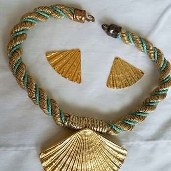 """Costume Fan/Shell """"Rope"""" Necklace and Earrings - Costume Jewelry"""