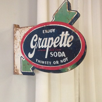 "Barn Find ! 1940's Grapette ""Arrow"" Flange Sign 21"" x 16"" - Signs"