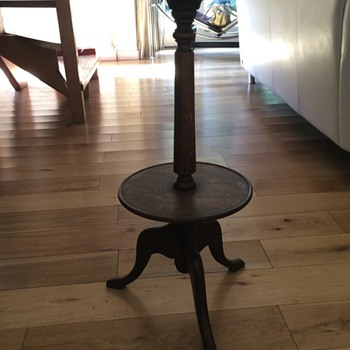 Three legged antique stand/table/thing - HELP!?