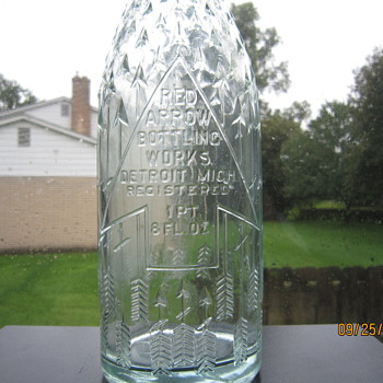 1920's Hemingray Antique Old Embossed Red Arrow Bottling Works Detroit Mich 1 Pt. 8 Fl Oz. Aqua Blue Pop Soda Bottle