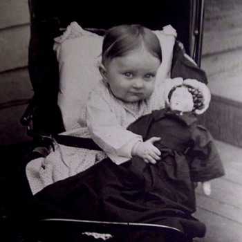 VINTAGE PHOTO OF A  BABY IN STROLLER WITH BIG CHINA HEAD DOLL. - Photographs