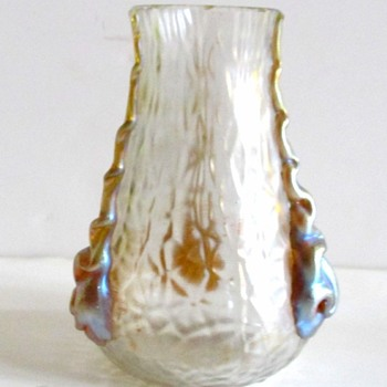 KRALIK WHILE MARTELE WITH GOLD RIGAREE. - Art Glass