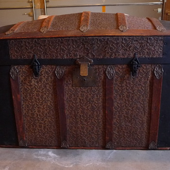 Wondering About the Origin and Age of this Beautiful Trunk - Furniture