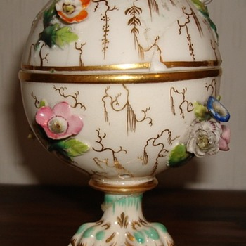 Coalport Coalbrookdale lidded pot with claw feet