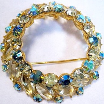 DeLizza & Elster Gorgeous Brooch - Costume Jewelry