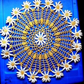 WHAT A SWEET HANDMADE DOILY! LOOK AT ALL THE PRETTY DAISIES! 13 Inches - Folk Art