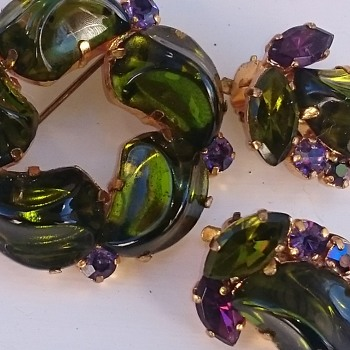 Brooch and earclips in wonderful foiled green glass and purple rhinestones - Costume Jewelry