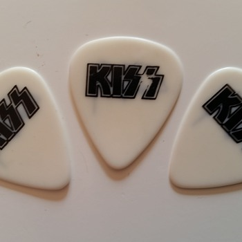 kiss plectrums used in concert by tommy tailor (europe tour)
