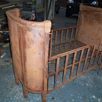 Metal Crib, can somone help me identify the make - Furniture