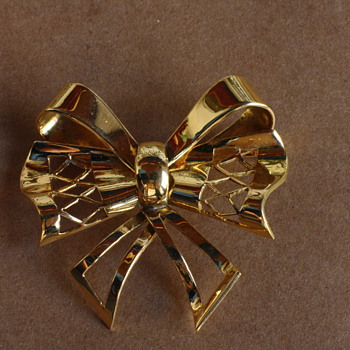 1940's retro 18 carat gold bow brooch
