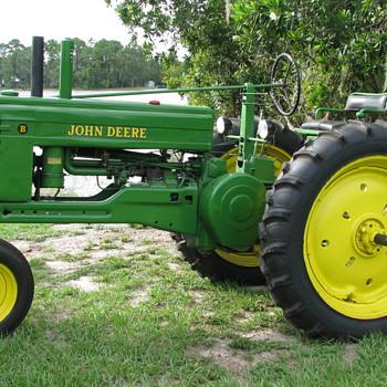 1951 B JOHN DEERE TRACTOR