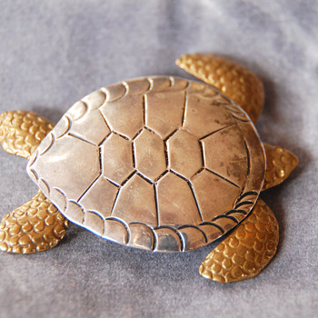 "Turtle Brooch Bronze/Silver signed ""Courtney"" - Animals"