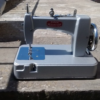 Essex minature sewing machine, in good working order, grey main colour - Sewing