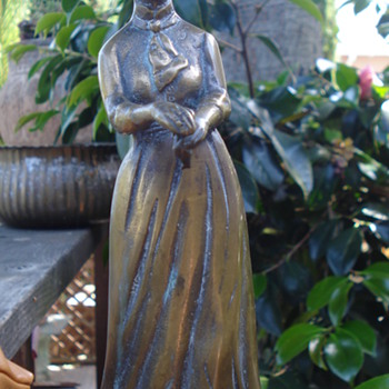 VICTORIAN WOMAN STATUE