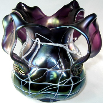 Art Nouveau Pallme-König 4 Leaf Handle Amethyst Threaded Vase