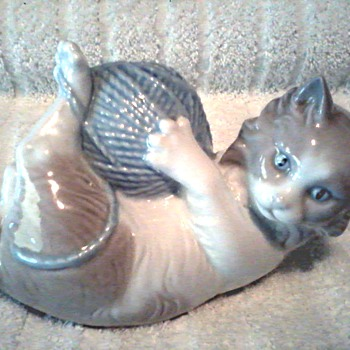 Lladro NAO  Cat with Yarn Ball Figurine /  Circa 1978 (discontinued) - Figurines