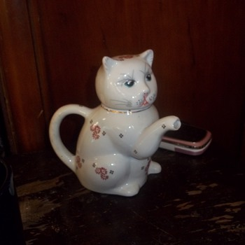 Cat with spout for paw from Taiwan