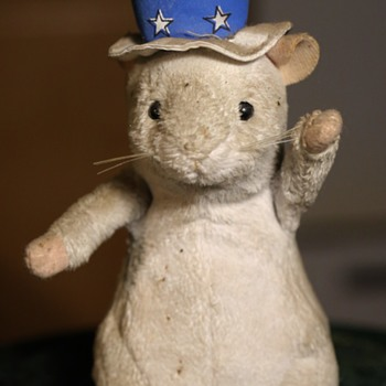 A Singing / Patriotic Rat?