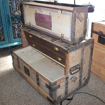 Unusual dresser trunk - Furniture
