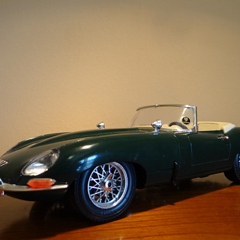 "BURAGO - MADE IN ITALY - JAGUAR ""E"" (1961) SCALA  1/18"