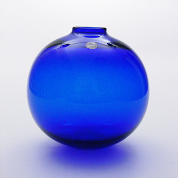 Cobalt blue ball vase, per Ltken (Holmegaard, 1966) - Art Glass