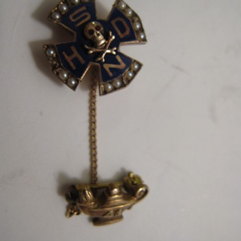Gold 10K Skull and Crossbones Pledge Pin New Orleans Hausmanns