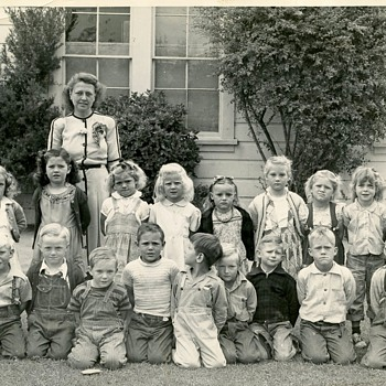 1940's School kids unhappy bunch :-( Love the coveralls !