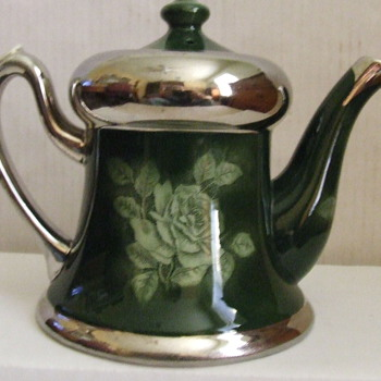 nice vintage tea pot in pristine condition.