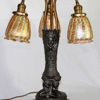 Lustre Art 3-shade Lamp; Long Island glass