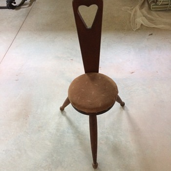 Three-legged keyhole chair? - Furniture