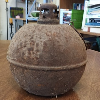 Cast iron ball shaped oil lamp. - Lamps