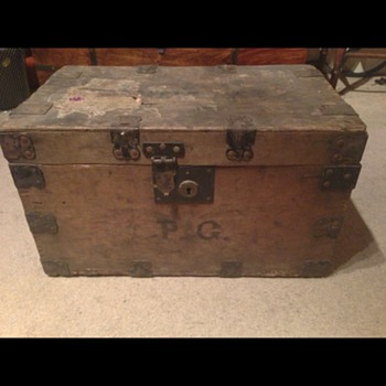 A lovely old box trunk  - Furniture