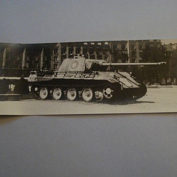 BLACK AND WHITE PHOTO OF A MILITARY TANK