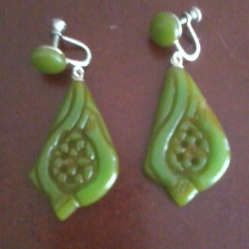 mystery bakelite earrings--seen these before??