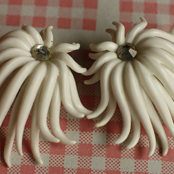 Sixties white earclips - Costume Jewelry