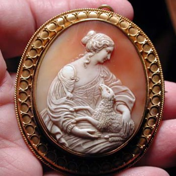 Large museum quality cameo of peace with lamb - Victorian Era
