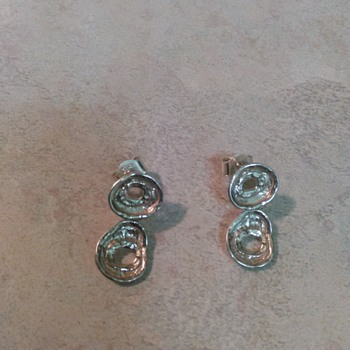 2 PAIRS OF SILVER EARRINGS
